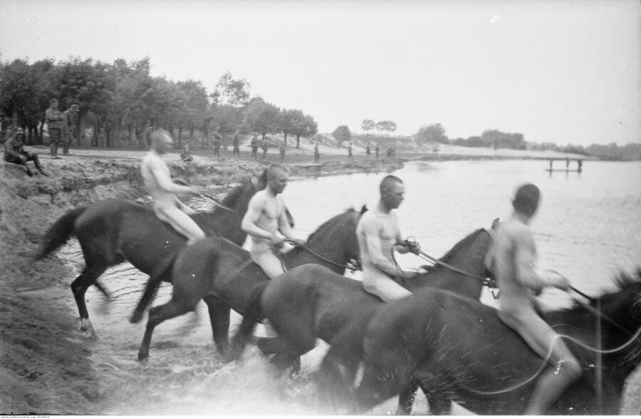 Pławienie koni w 1 Pułku Szwoleżerów
