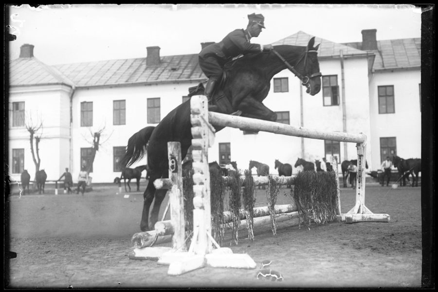Rtm. Mikołaj Mitraszewski podczas skoku konnego przezprzeszkodę