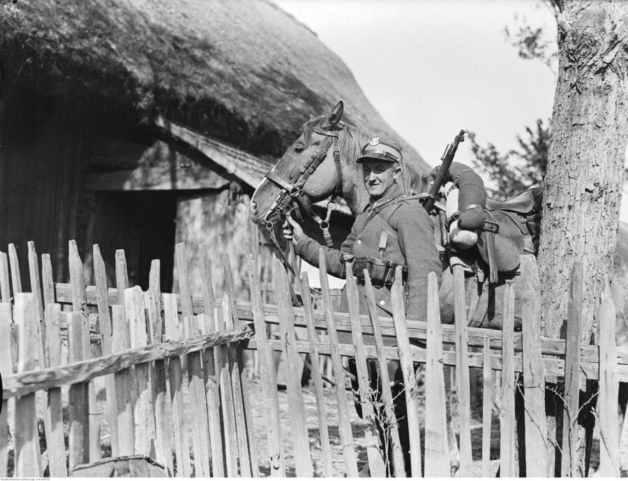 Ułan z koniem na kwaterze we wsi